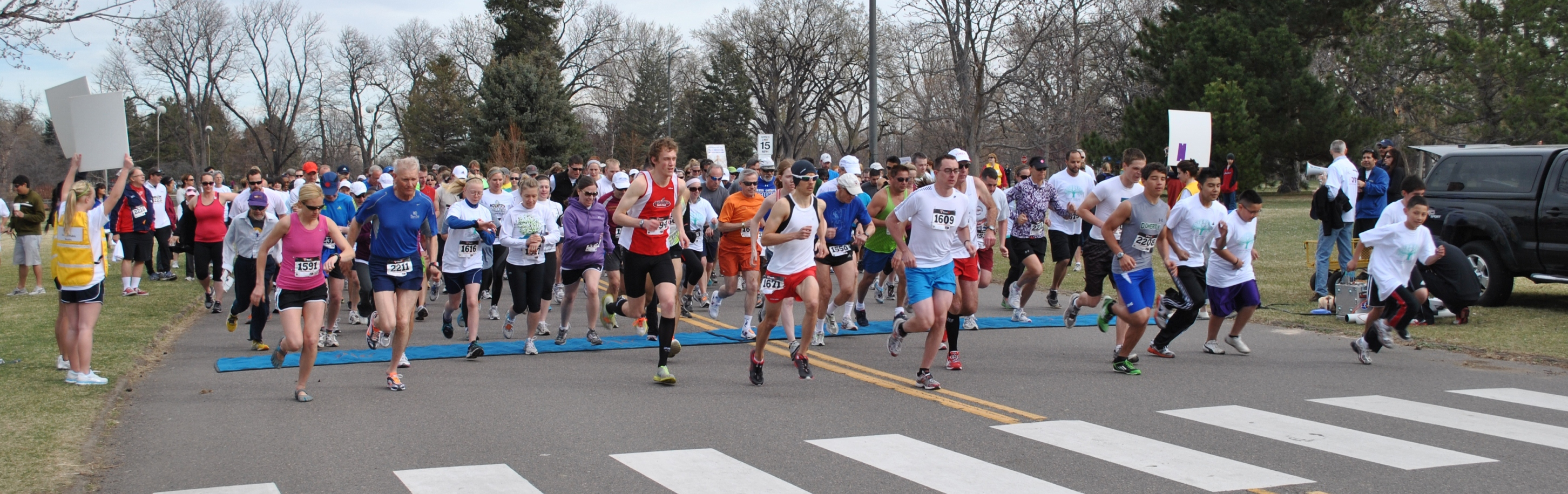 Runners leaving start line during a race
